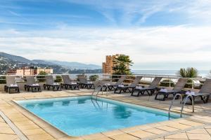 Der Swimmingpool an oder in der Nähe von Aparthotel Adagio Monaco Palais Joséphine