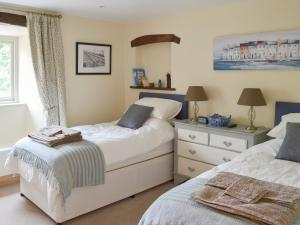 A bed or beds in a room at Brow View Cottage