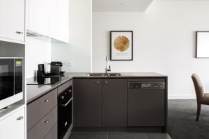 A kitchen or kitchenette at Knightsbridge Canberra