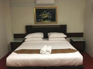 A bed or beds in a room at Mae KB Khalifa Apartment/Room 3-B-7