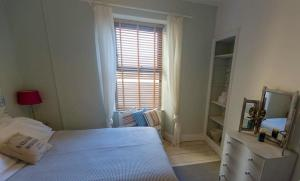 A bed or beds in a room at Holiday House Pembroke Dock