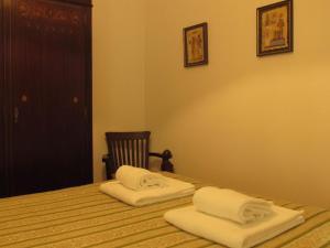 A bed or beds in a room at Casa da Ribeira