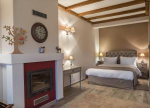 Almond House Suites Arachova tesisinde bir odada yatak veya yataklar