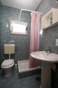 A bathroom at Apartment Podaca 6736b