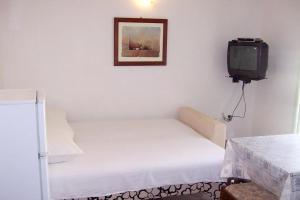 A bed or beds in a room at Apartment Podaca 6736b