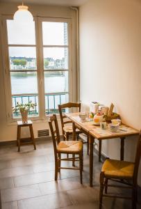 A restaurant or other place to eat at Les lumières de la Loire
