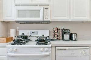 A kitchen or kitchenette at Three-Bedroom, Two-Bath North End Apt on Freedom Trail