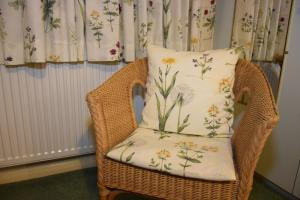 A seating area at Teign Head Garden Flat
