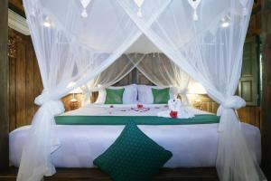 A bed or beds in a room at Honeymoon Green Villa