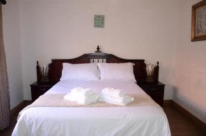 A bed or beds in a room at Critchley Hackle - Managers Cottage
