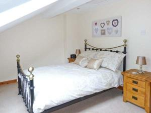 A bed or beds in a room at 1 Friary Cottage