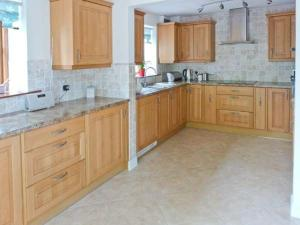 A kitchen or kitchenette at 1 Friary Cottage