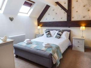 A bed or beds in a room at Broadway Cottage
