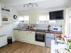 A kitchen or kitchenette at River's Nook