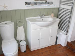 A bathroom at Baytree Cottage