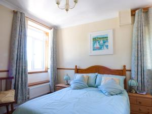 A bed or beds in a room at Linhay Cottage