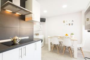 A kitchen or kitchenette at Sun And Chic Malaga