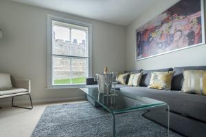 A seating area at Central Windsor Apartment Facing the Castle