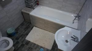 A bathroom at Turquoise by Pipera Lake Apts