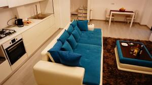 A seating area at Turquoise by Pipera Lake Apts