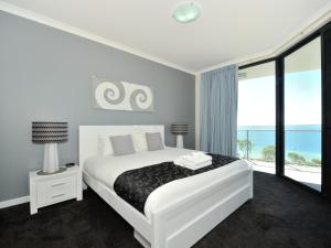A bed or beds in a room at Nautilus by Rockingham Apartments