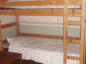 Våningssäng eller våningssängar i ett rum på One-Bedroom Holiday home in Fjugersta