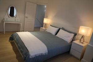 A bed or beds in a room at Zenobia London Luxury Apartments
