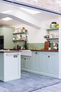 A kitchen or kitchenette at La Bohème patio flat - beautifully renovated!