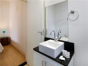 A bathroom at Excelente estúdio p/ 4 a 100m da Praia de Copa