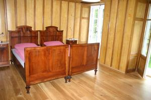 A bed or beds in a room at Hôtel de la Truite