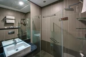 A bathroom at Beach Hotel Apartment