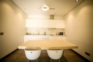 A kitchen or kitchenette at M Executive Hotel and Residence - Adults Only