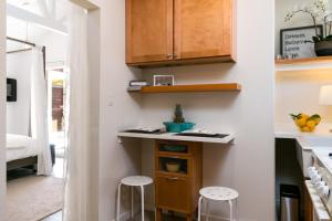 A kitchen or kitchenette at Oak View Studio Near Lake & Ojai Townhouse