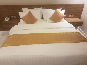 A bed or beds in a room at H (Hills) ApartHotel
