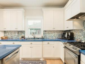 A kitchen or kitchenette at 2615 Holiday Home