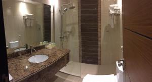 A bathroom at Arjaan Altakhassusi Hotel Suites