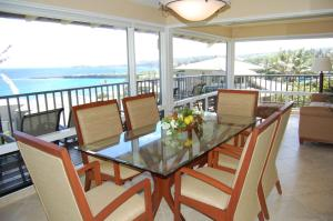 A restaurant or other place to eat at Bay Villa 17B2 Gold Ocean View