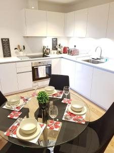A kitchen or kitchenette at CDP Apartments - Britannia Suite 1