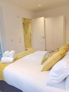 A bed or beds in a room at CDP Apartments - Britannia Suite 1
