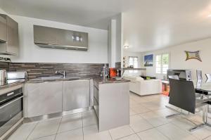 A kitchen or kitchenette at Villa Lake