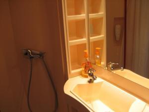 A bathroom at Vuosselin Helmi