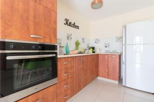 A kitchen or kitchenette at Royal Ben Yehuda