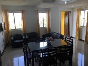 A seating area at Aloha Residences