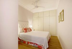 A bed or beds in a room at Genteel Home Palacio