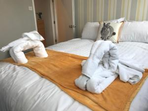 A bed or beds in a room at Cornerhouse Apartments