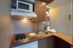 A kitchen or kitchenette at Suite Home Apt Luberon