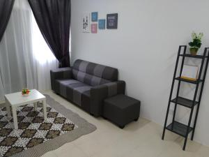 A seating area at Cameron Muslim Apartment by Nurul