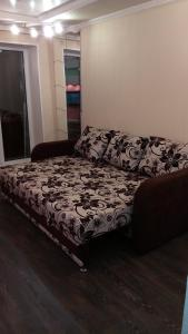 A bed or beds in a room at Apartment on Iyulskikh Dney 18
