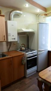 A kitchen or kitchenette at Apartment on Iyulskikh Dney 18