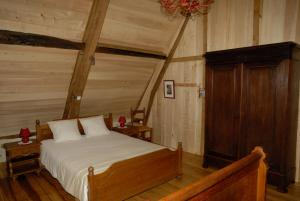 A bed or beds in a room at Gîte CoMic